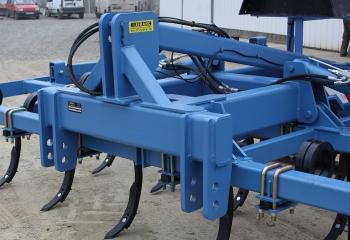 Le porte a faux de l'attelage et réduit au minimum, afin de rapprocher le plus possible l'outil du tracteur.